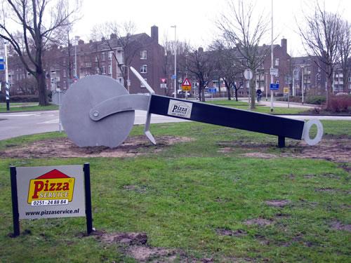 pizzasnijder kunstobject in Beverwijk