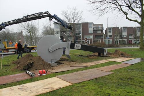 plaatsing van pizzasnijder kunstobject in Beverwijk