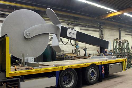 transport van pizzasnijder kunstobject in Beverwijk
