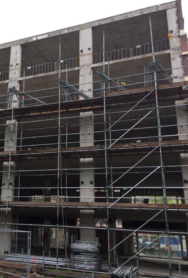 constructiebedrijf de groot project 37 balkons in Hoorn tijdens het strippen van gebouw
